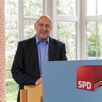Rainer Thiel stellt des Wahlprogramm vor. Foto: Arno Jansen